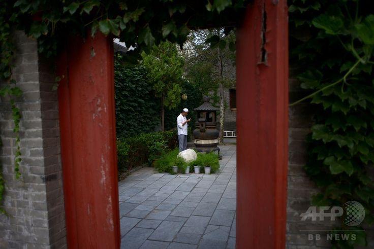 中国・北京(Beijing)にあるモスクで、イスラム教の断食月「ラマダン(Ramadan)」の終わりを祝う祭り「イード・アル・フィトル(Eid al-Fitr)」の祈とうを行うイスラム教徒(2014年7月29日撮影)。(c)AFP/WANG ZHAO ▼30Jul2014AFP|断食月ラマダン終了、世界各地で「イード・アル・フィトル」 http://www.afpbb.com/articles/-/3021766 #Beijing