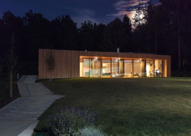 Wooden House in Slovenia: una casa di legno e vetro in mezzo alla natura