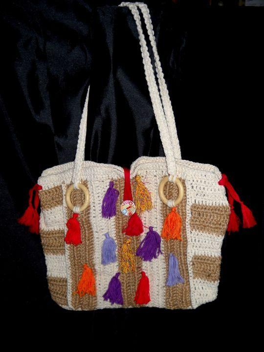 Geanta de distractie - crosetata din sfoara de canepa si bumbac, ornamentata cu franjuri colorati.