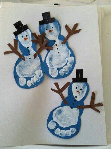 Muñecos de nieve realizados a partir de la huella del pie, realizados con pintura y cartulinas.
