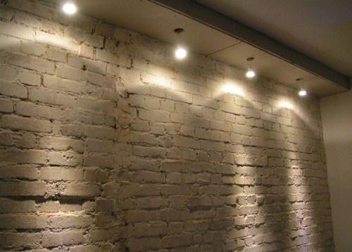 Oświetlenie ściany z cegły.