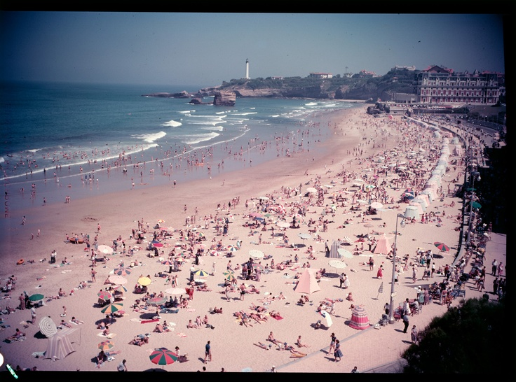 "France, plage de Biarritz, années 1950 – 1960 Ministère du Tourisme, Film inversible couleur type ""Ektachrome"" dimensions: 9 X 12 cm. Archives nationales, 20000333/ 11 © Archives nationales, France"