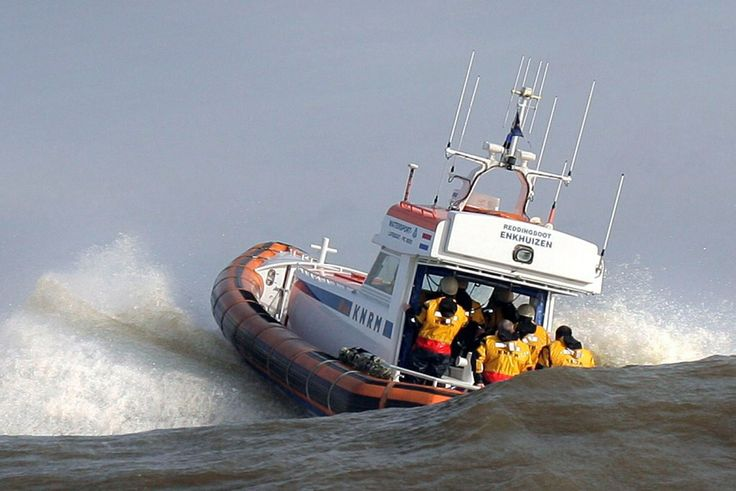 De KNRM moest in 2010, 1872 keer uitrukken voor reddingen en hulpverlening. Het vaakst kwam zij in actie in Friesland: 576 keer. De hoofdtaak van de KNRM is het redden en helpen van mensen op zee en ruime binnenwateren. Direct daaraan verbonden is de noodzakelijke fondsenwerving, omdat onze diensten gratis zijn en wij niet gesubsidieerd worden. De KNRM bestaat voornamelijk uit 1.300 vrijwilligers, ondersteund door enkele beroepsschippers en personeel van het hoofdkantoor IJmuiden.