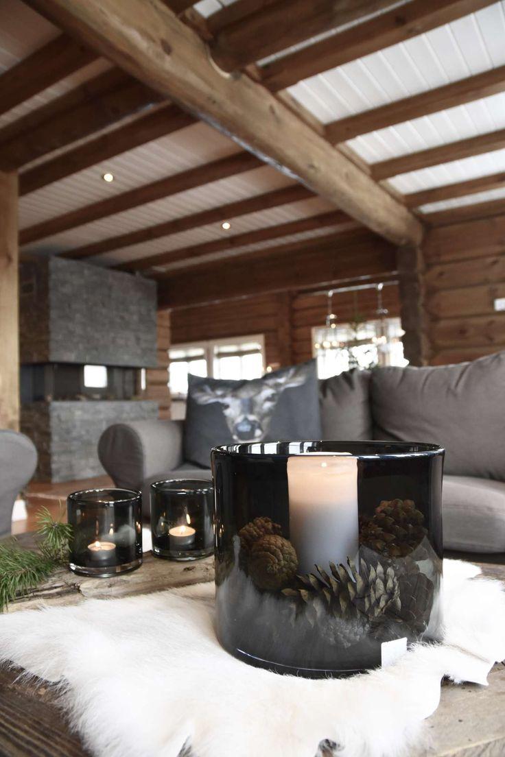 Hytta på Hafjell har blitt det motsatte av hva de har hjemme: En laftet tømmerhytte med mange pyntegjenstander og gamle interiørskatter.