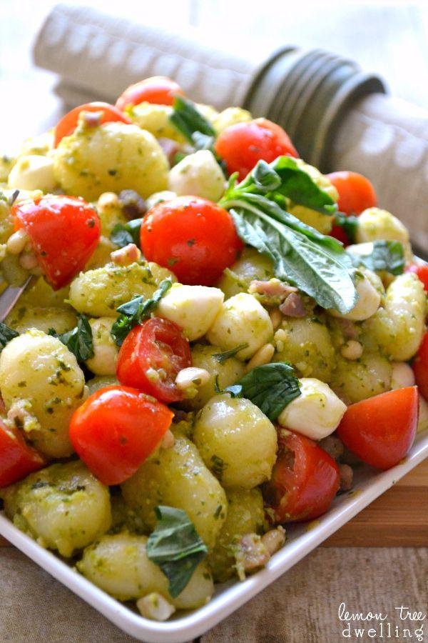 Pesto Caprese Gnocchi  - just 6 ingredients to the perfect summer dish!  2 пакета (1 фунт каждая) ньокки 1 пинта виноградные помидоры, разрезанных на половинки 8 унций. свежей моцареллой жемчуг 4 унции. прошутто ¾ с. песто ¼ с. кедровые орехи