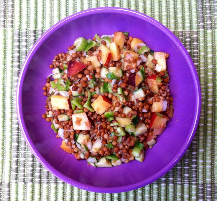 By Leca - ensalada verano de lentejas, apio, cebolla, pimiento verde, limón, pepino, vinagre de arroz, aceite de sésamo y nectarina