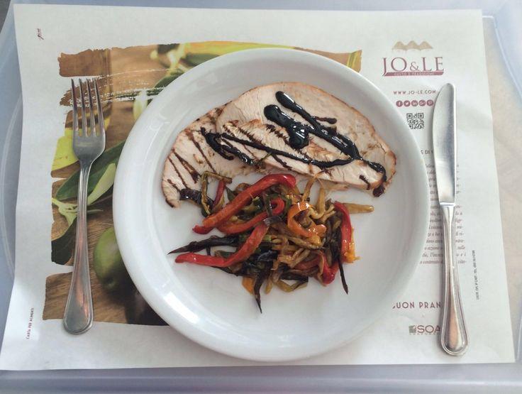 Hai una mezz'oretta libera per #pranzo  e vorresti impiegarla mangiando qualcosa che non ti appesantisca e sia sano, pur senza rinunciare al #gusto ... la #soluzione ? Te la offre il piatto del giorno del Self #Restaurant  di Jo&le! In tavola per te: ➪ Arrosto di Tacchino con Contorno di Verdure alla Julienne! Vieni ad assaggiarlo all'Interporto Regionale della #Puglia  a #Bari  in via Giuseppe Degennaro!