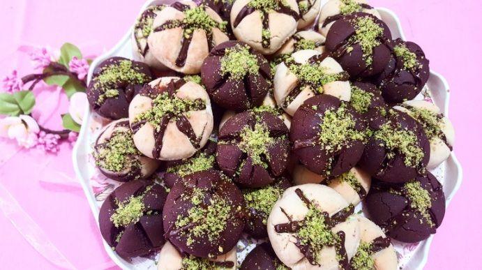 Çikolata Soslu Kurabiye Malzemeler: 250 gr tereyağ 1 çay bardağı sıvıyağ 1 su bardağı pudra şekeri 1 su bardağı nişasta 1 yumurta Aldığı kadar un 1 kabartmatozu 1 vanilya 2 yemek kaşığı kakao Üzeri için 1 paket sütlü çikolata Yeşil fıstık