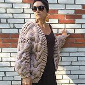 Купить или заказать Кардиган бомбер крупной вязки серый в интернет-магазине на Ярмарке Мастеров. Моднейший объемный бомбер из полушерсти. Модный оверсайз, удлиненный рукав на манжете, крупные косы спереди и на рукавах создадут ощущение комфортной роскоши. Любая женщина почувствует себя миниатюрной в этом объемном кардигане. Связан из 2х нитей, предварительно скрученных на ручной прялке, что позволяет изделию великолепно держать форму и не вытягиваться.