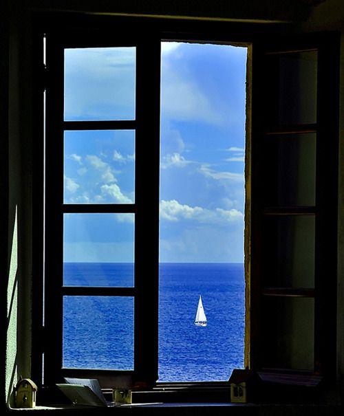 Uitzicht vanaf een raam in Lakonia, Peloponnesus, Griekenland.