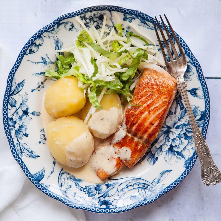 Ett fantastiskt gott recept på stekt lax, potatis och citrongräddsås. Rätten serveras med fräsch sallad och vitkål. Receptet finner du på Tasteline.