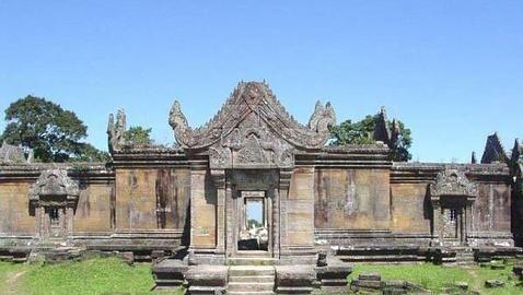 «Preah Vihear», asentado sobre la colina sagrada de Pey Tadi, en Camboya. Construido en el siglo XI, está dedicado al dios Shiva.