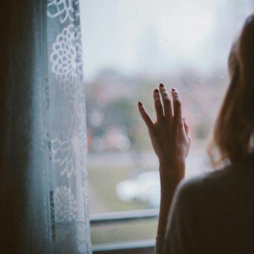 mujer-mirando-por-la-ventana personas altamente sensibles