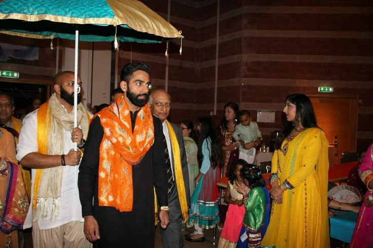 Jans' traditional arrival for Mehndi