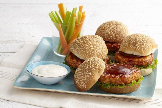 Vous cherchez une recette de burger au poulet dont raffolera votre famille? En voici une! Tout le monde en redemandera!