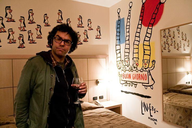 """Stanza dell'albergo """"Al Cappello Rosso"""" decorata da Liniers."""