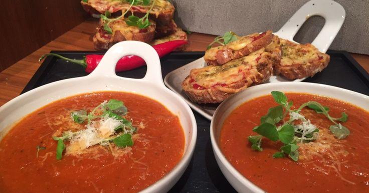 Dagens rett er en fyldig og krydret tomatsuppe servert med ost og urtegratinert brød.