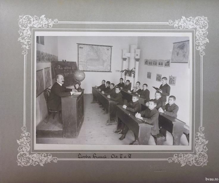 """Şcoala de băieţi - Limba greacă cls. V şi VI, Galati, Romania, anul 1906, http://stone.bvau.ro:8282/greenstone/collect/fotograf/index/assoc/Jpag003.dir/Pag03_Limba_greaca_cls_V_si_VI.jpg.  Imagine din colecţiile Bibliotecii Judeţene """"V.A. Urechia"""" Galaţi."""