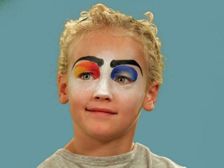 immagini-trucco-halloween-bambini-base-bianca-sopracciglie-nere-ombretto-blu-colorato-capelli-biondi