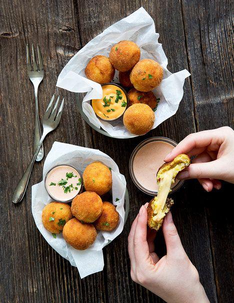 Pappas rellenas jsou na povrchu křupavé a uvnitř krásné vláčné kroketky skrývající rozteklý sýr; Mona Martinů