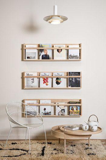 壁に取り付けるタイプのブックスタンドで、雑誌の表紙が見える収納に。表紙のデザインによって印象が変えられるので、まるで額に入れた絵のように楽しむことができます。