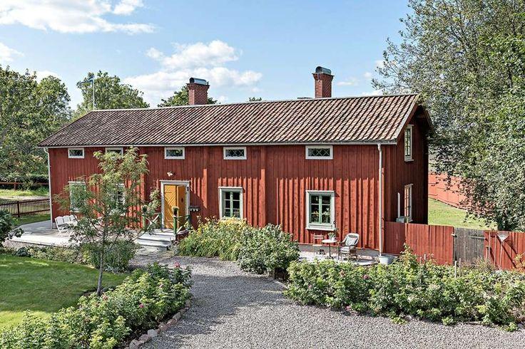 Hemnettips! Lejsta utanför Uppsala. Boyta 203 kvm, 7 r o k. Tomt 4000kvm. Stor lada. Byggår 1806, flyttat från Finland 2002. 3 975 000kr. Sept 2017. Det här Timmerhuset i Uppland är ögongodis för den som gillar lantlig stil.