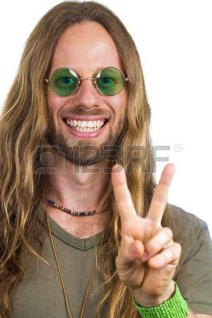 Hippie hermoso que desgasta ronda gafas de sol verdes haciendo un signo de la paz Foto de archivo