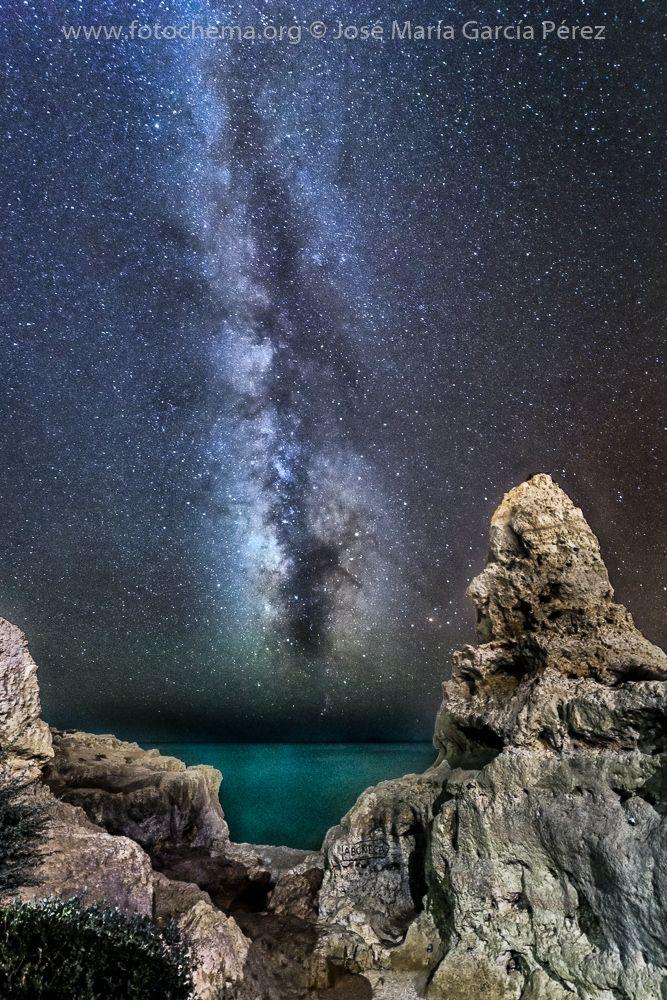 Fotografía tomada en un pintoresco paisaje del Algarve, Aboneca, una gruta excavada en la roca que termina en una ventana con vistas al océano. Una sola toma, ISO 2500, F 2.5, 28 segundos y focal de 15mm. Iluminación, la aportada por los focos de la zona.