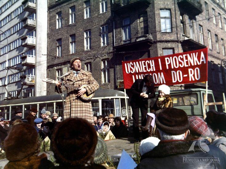 """Plac Grzybowski/ ulica Próżna 1980  Plan filmu """"Miś"""" #warszawa #warsaw #poland #PRL #propaganda #kamienica #piosenka #muzyka #tramwaj"""