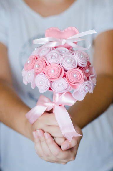 Buquê de rosas de tecido, com coração porta aliança para daminhas.  Feito…