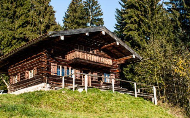 Der Biohof Sonnenstatter liegt am idyllischen Schliersee in Oberbayern. Neben Ferienwohnungen kann man hier auch die Almhütte mieten. Die liegt oberhalb des Sees am Hang auf etwa 1.000 Metern Höhe und ist nur zu Fuß oder mit dem Geländewagen erreichbar