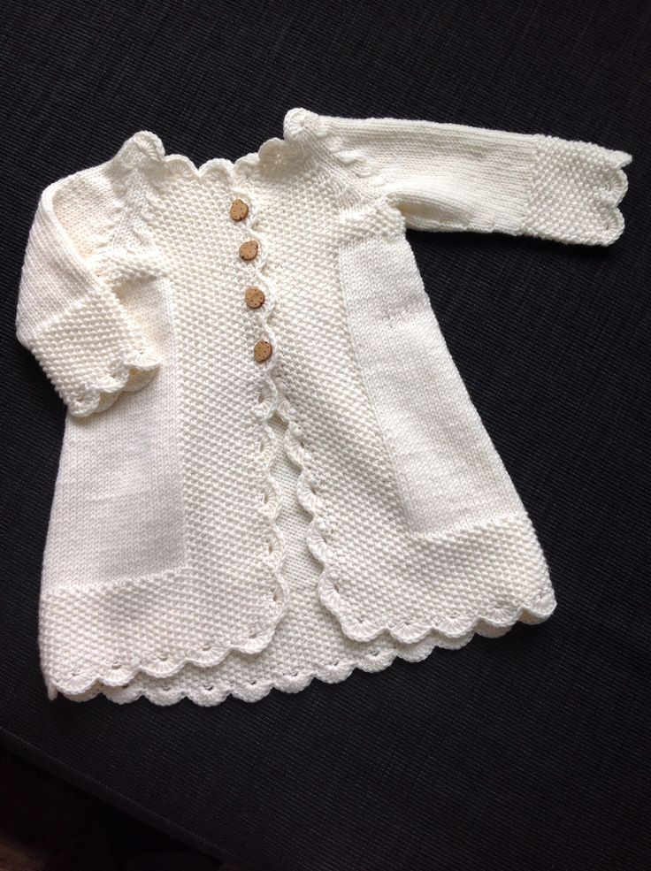 A knitted sweater/coat for my cute little niece. Knitted in drops super wash merino and a modified drops sweater recipie http://www.garnstudio.com/lang/dk/visoppskrift.php?d_nr=b17&d_id=4&lang=dk