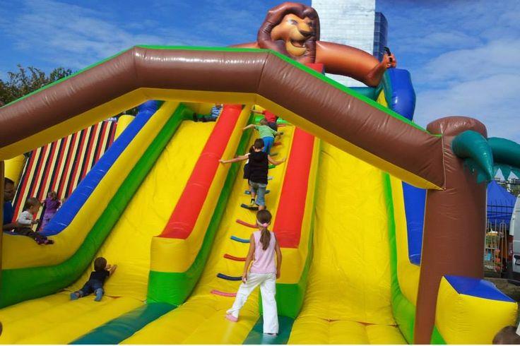 Maxi nafukovacia šmýkačka Leví kráľ pre deti s dvoma zošmykovými dráhami, určená na prenájom na spoločenské podujatia verejné i súkromné