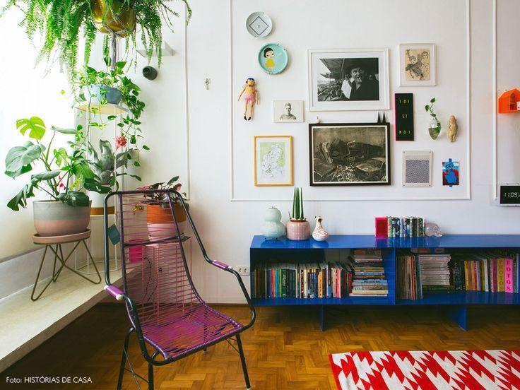 As cores estão por todos os lados no apartamento de Mariella Toscano e Julio Zukerman. Na parede preta do hall de entrada, no aparador azul vibrante, no quarto de suas filhas gêmeas e na maioria dos objetos bem-humorados que povoam os espaços.