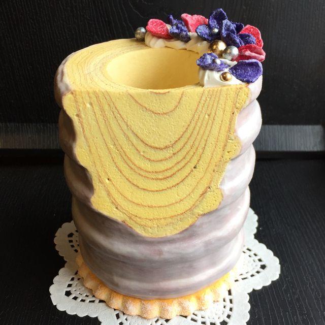 本物そっくりなバウムクーヘンに、これも本物と間違えそうなスミレ&バラの砂糖漬けをあしらった、存在感たっぷりのペンスタンドです。底には大きなクッキー、裏側にまでこだわった作品です。バウムクーヘンの穴にペン等を立てられるようになっていますが、オブジェとして飾...