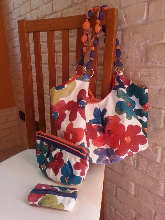 Borsa, pochette e porta fazzoletti coordinati realizzati con stoffa Ikea. Il manico della borsa è realizzato con palline di acqua e farina rivestite in lino bicolore.
