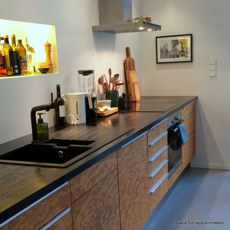 Küche mit Fronten aus geölter Seekiefer mit Arbeitsplatte aus schwarz geölter Eiche