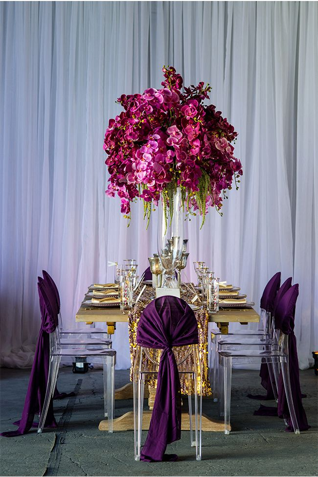 We LOVE this amazingly chic purple wedding table! SO luxurious! #purpleweddings