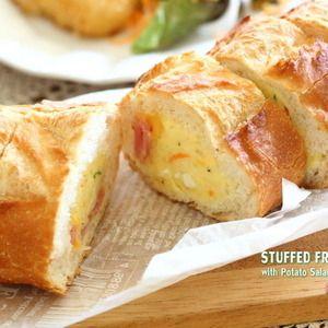 パン好き必見!スタッフドバゲット by 小春さん   レシピブログ - 料理ブログのレシピ満載! 美味しいフランスパンで、スタッフドバゲットを作りました。中にお好みの具材をぎっりし詰めて、オーブントースターで温めてホットサンドに!今回の、具材はカリカリベーコンポテトサラダピザ用チーズです。夜のうち...