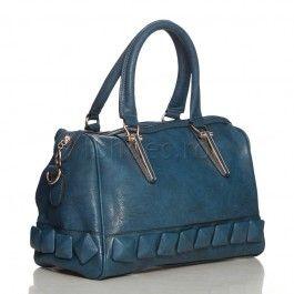 Aceasta geanta casual este ideala pentru tinutele casual. Geanta Cube are trei compartimente interioare si un buzunar secret cu fermoar. Poate fi purtata atat pe brat cat si pe umar, fiind prevazuta cu o curea reglabila. La exterior, aceasta geanta are un buzunar discret cu fermoar, ideal pentru chei si telefon mobil.