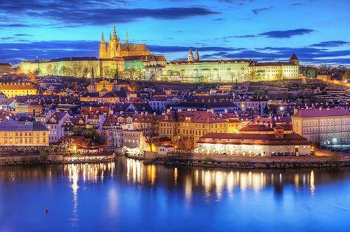 夕暮れに染まるプラハの街並みとプラハ城:中世の空気で満ちた千年の歴史を誇る百塔の街 プラハ - ガジェット通信