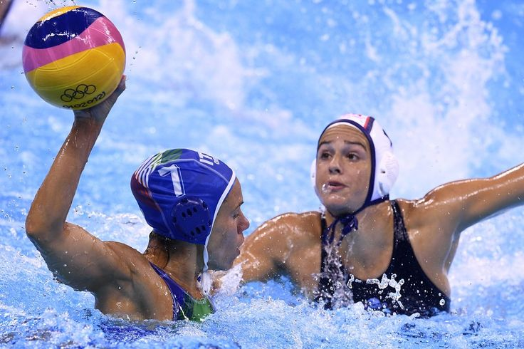 Italy's Tania Di Mario (L) vies with Rachel Fattal of the US during their women's water polo final at the Rio 2016 Olympic Games in Rio de Janeiro on August 19, 2016. / AFP / GABRIEL BOUYS