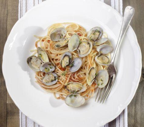 Zu den Venusmuscheln mit Tomatensoße wird ein leckeres alkoholisches Getränk, wie zum Beispiel ein fruchtiger Weißwein empfohlen.