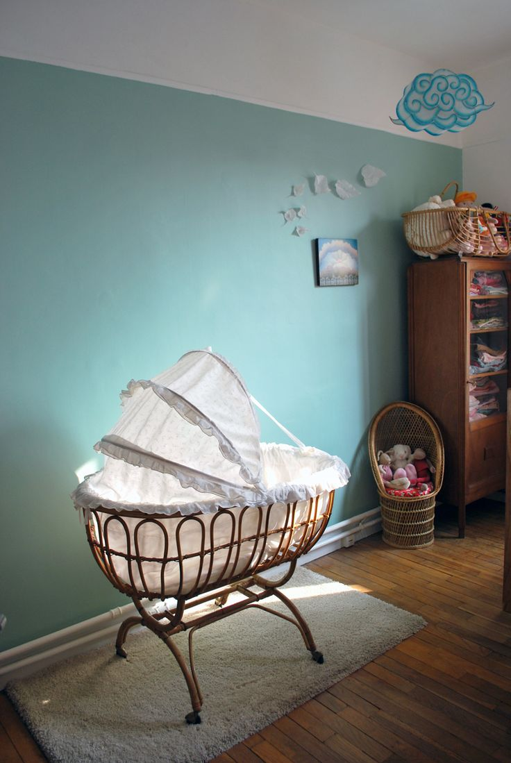 Chambre nouveau n berceau des ann es 60 joli d tail avec sa petite coque en rotin et sa - Chambre nouveau ne ...