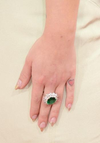 #GoldenGlobe2013 Kelly Osbourne adora i cuori (ha anche una serie di tatuaggi in questa forma) e ha deciso di dipingerli persino sulle punte delle sue unghie, glitterati. Daa fatina delle fiabe...