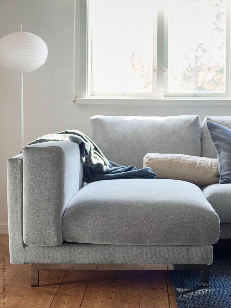 NOCKEBY 2-sits soffa med schäslong till vänster, förkromade ben. Klädseln kan köpas separat. NOCKEBY Tallmyra är vit och svart vilket ger ett sobert grått intryck.
