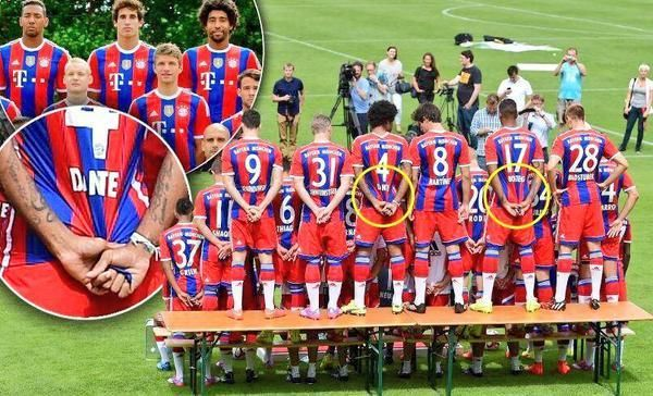 Bayern's Dante & Jerome Boateng pull their shirts to make themselves look more ripped for the team photo. pic.twitter.com/2BYUJNBHtk