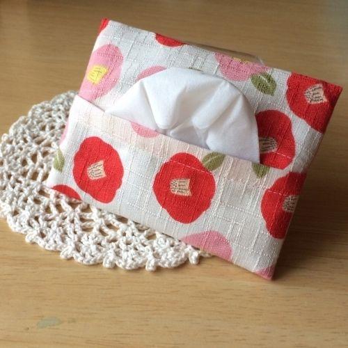 いまや豊富な種類があるポケットティッシュケース。 スタンダードなものが一番使いやすい!ってことで、作りました。 袋縫いという縫い方で、1枚の布でも縫い代がキレイになるように作ってます。 手縫いでも大丈夫ですが、袋縫いがめんどくさいかも…?