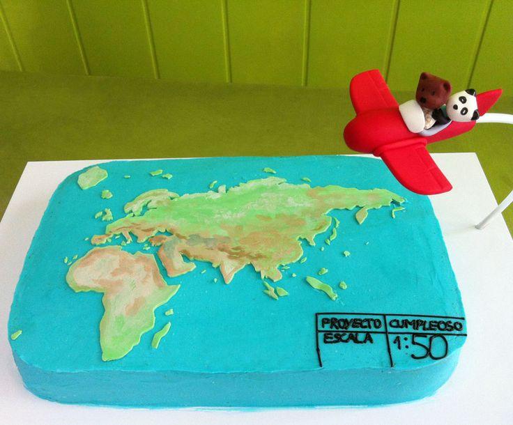 Pastel de buttercream Mapamundi con figura de avión modelada en fondant