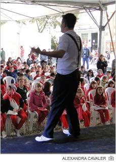 O segundo Festival Literário de Içara tem na programação mais do que atividades ligadas aos livros. Há também música e dança. Na primeira noite, por exemplo, se apresentaram os alunos das oficinas da Casa da Cultura Padre Bernardo Junkes. Os grupos de balé, violão e teatro ainda estarão envolvidos com o evento até no sábado, dia 16. As escolas da cidade também foram chamadas para se apresentarem.